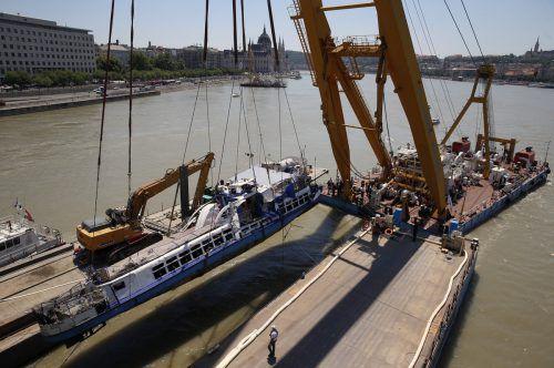 Die Hebung des gesunkenen Ausflugsschiffes erfolgte mit einem Spezialkran. AP