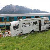 Wohnmobil von Zug erfasst