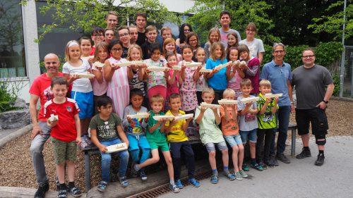 Die Mäderer Erstklässler präsentieren stolz ihre Holzschiffle, die sie von den Mittelschülern geschenkt bekommen haben.Christof Egle