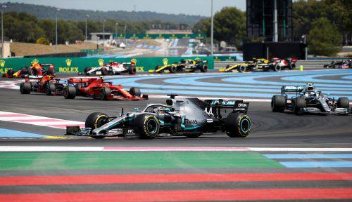Die Mercedes vorneweg. Gleich nach dem Start in Le Castellet verschafften sich Lewis Hamilton und Valtteri Bottas einen Respektabstand. reuters