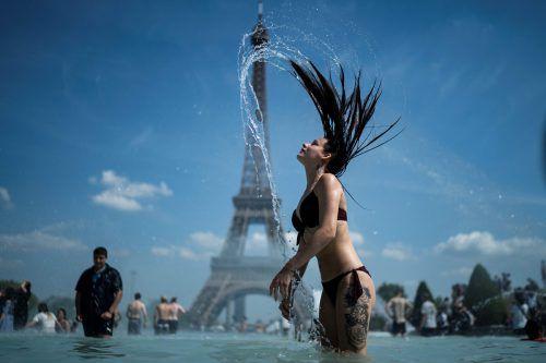 Die Rekordhitzewelle in Europa hat Frankreich besonders fest im Griff. In Paris suchen die Menschen Abkühlung im Brunnen vor dem Eiffelturm. afp
