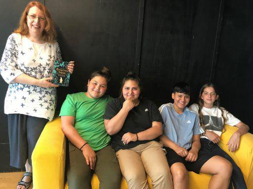 Die vier Schüler der Mittelschule Rieden und Schendlingen hatten die Möglichkeit, der Autorin Angelika Diem nach ihrer Lesung Fragen zu stellen.