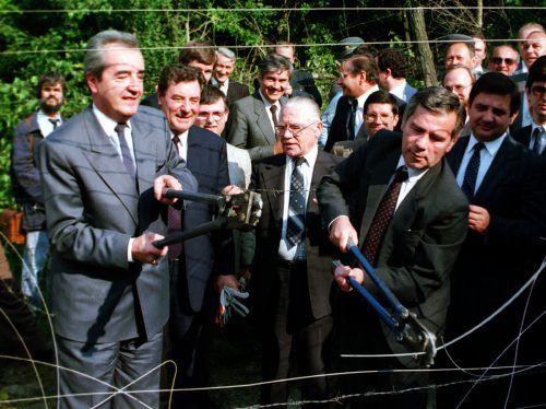 Dieses Foto ging um die Welt: Österreichs Außenminister Mock und sein ungarischer Amtskollege Horn durchschnitten 1989 den Grenzzaun nahe Sopron. AP