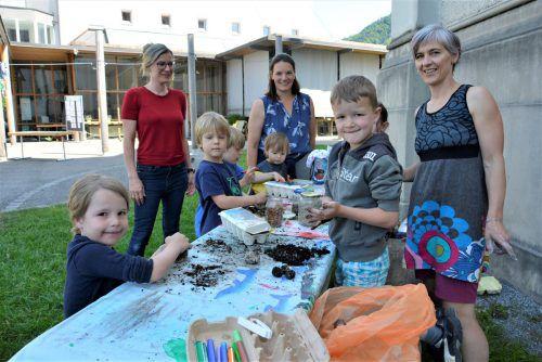 Drumherum fanden viele Workshops statt:Wie Samenbomben entstehen, konnte man sich von den Kindern erklären lassen. eh