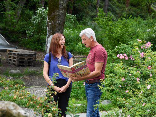 Egon Sturmlechner erklärt der Besucherin die Naturpracht.