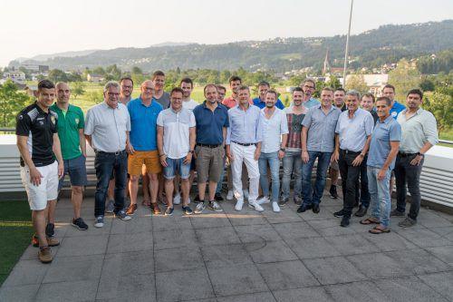 Ein gemeinsames Foto und anregende Diskussionen bildeten den Abschluss der Infoveranstaltung zur Fußball-Eliteliga bei Russmedia in Schwarzach.stiplovsek