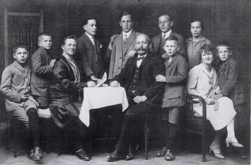 Ein historisches Bild der Großfamilie Bawart mit deren Kindern. Eugen (Zweiter von links) war das jüngste Kind.