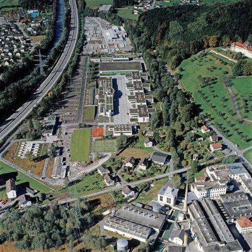 Eine Luftaufnahme vom knapp 9,3 Hektar großen Gelände der Walgaukaserne unmittelbar nach deren Fertigstellung im Herbst 1989. Volare