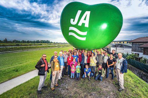 Engagierte Umweltschützer machten sich ein Bild vom Alpenrhein am Rheindamm in Lustenau. Verein