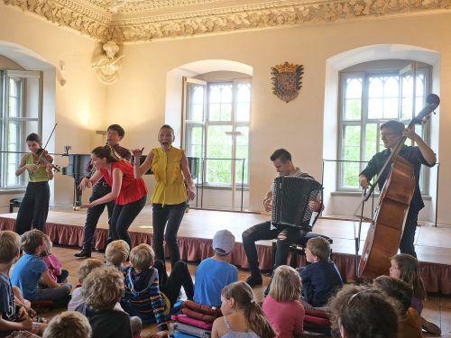 Familienkonzert auf Schloss Achberg: So lustvoll kann man Kindern Spielarten der Musik vermitteln. H. Voith