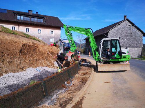 Intensiv wird in Lingenau an der Errichtung neuer Gehwege gearbeitet. Der Hang wird mit bewehrter Erde verbaut und begrünt. ME