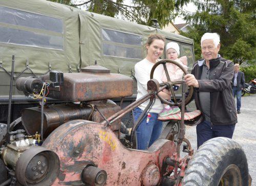 Rarität: Anton Vögel zeigte mit Tochter und Enkelin sein Erbstück, den Westfalia Deuz Baujahr 1939.
