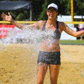 Kühl erfrischt: Sportlerin der Polizeimeisterschaft beim Beachvolleyball. B1