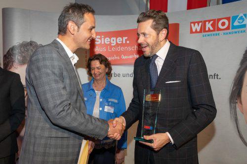 Freute sich über den Preis und die Anerkennung: Carini-Chef Edgar Sohm und Gratulant Wirtschaftskammerpräsident Harald Mahrer. WKo/Weinwurm