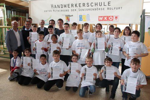 Gruppenfoto der Kursteilnehmer und Förderer.