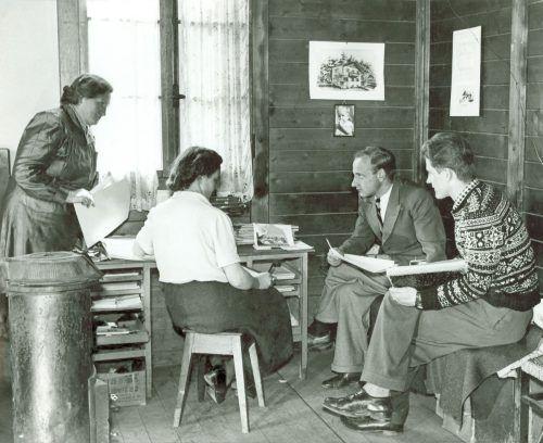 Hermann Gmeiner (2. v. r.) realisiert mit Helene Didl, Maria Hofer und Walter Gstrein die SOS-Kinderdorf-Idee.