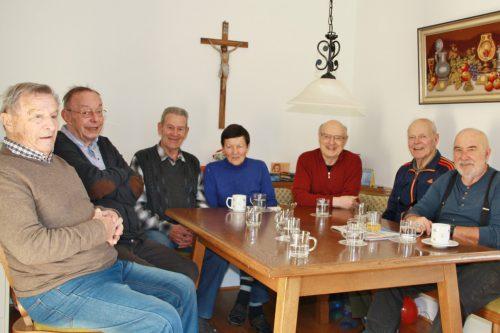 Hier sind fast alle Tagesgäste versammelt (v. l.): Peter, Robert, Armin, Gitta, Herbert, Erwin und Wolfi, nur Hildegard fehlt noch. Elke Benicke
