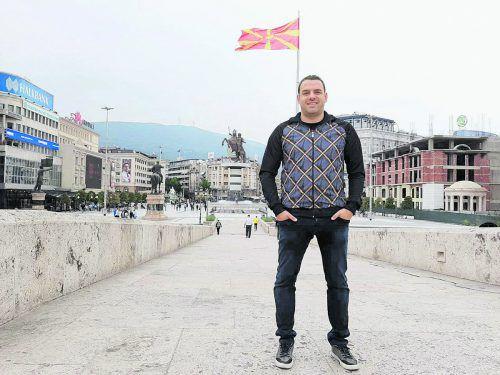Ilco Naumoski auf dem Mazedonien-Platz in Skopje. Im Hintergrund das weltweit größte Gruevski-Monument von Alexander dem Großen.Privat