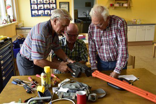 Im Reparaturcafé nehmen ehrenamtliche Elektriker die defekten Elektrogeräte genau unter die Lupe. Marktgemeinde