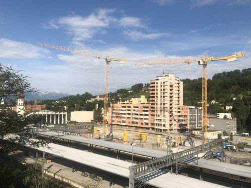 In der gigantischen Baugrube am Bahnhofsvorplatz wird seit der zweiten Juni-Woche für die Tiefgarage betoniert. VN/Schweigkofler