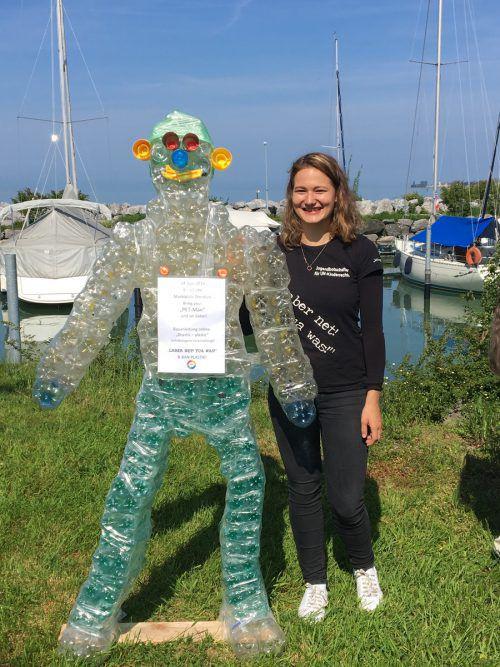 Lilli Deutsch benötigte für ihren PET-Man, eine lebensgroße Plastikfigur, etwa 130 PET-Flaschen. Vn/Gunz