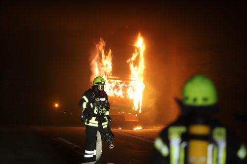 In einem der Busse ist während der Fahrt ein Feuer im Motorraum ausgebrochen. dpa