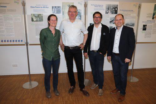 Ingrid Kornexl (Grafikerin), Dr. Dieter Petras, Ausstellungsbegleiter Christof Thöny und Bürgermeister Peter Neier. Gemeinde