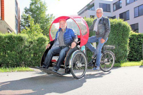 """Karl Baur (l.) und Fritz Fritzenwanger treten für den Verein """"Radeln ohne Alter"""" in die Pedale. VN/Maier-Ortner"""