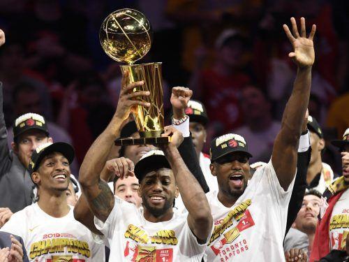Kawhi Leonard mit der Trophy für den NBA-Champion. Der Superstar machte mit zwei verwandelten Freiwürfen in der Schlusssekunde den Deckel drauf.ap