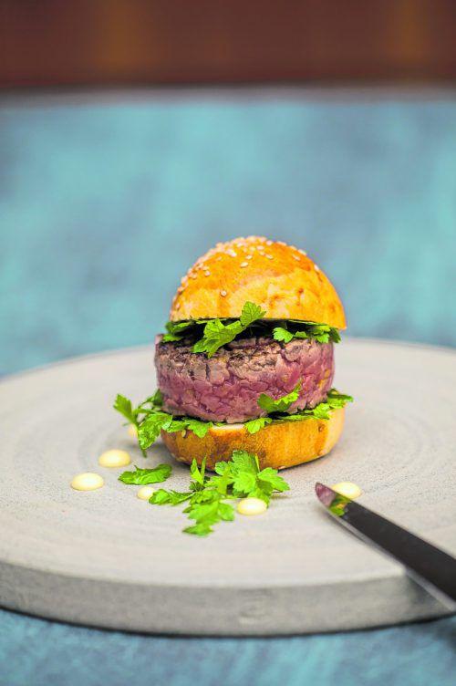 Kurz angegrilltes Beef Tatar im Burgerbrötchen mit Limonenmayo.Philipp Steurer