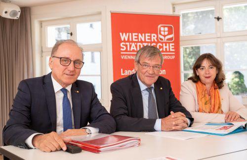 """Landesdirektor Burkhard Berchtel, Generaldir. Robert Lasshofer, Vorstand Doris Wendler: """"2018 war ein gutes Jahr"""". VN/Stiplovsek"""