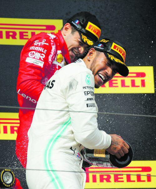 Lewis Hamilton und Charles Leclerc: Ein bisschen Spaß muss sein, wenigstens bei der Siegerehrung.Reuters
