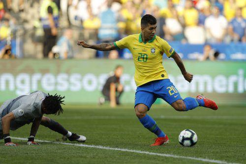 Liverpool-Stürmer Roberto Firmino nutzte einen Patzer von Perus Schlussmann Pedro Gallese und brachte Brasilien mit seinem Treffer zum 2:0 auf die Siegerstraße.AFP