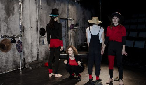 Luaga und Losna startet mit einem Schauspiel mit Zirkuselementen zum Thema Selbstbestimmung und Emanzipa-tion.TÖCHTER DER KUNST