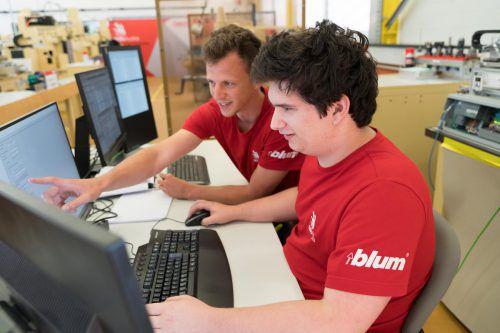 Manuel Franz und Lukas Wolf (r.) werden bei der WorldSkills 2019 als Team im Fachbereich Industrie 4.0 teilnehmen. VN/Stiplovsek