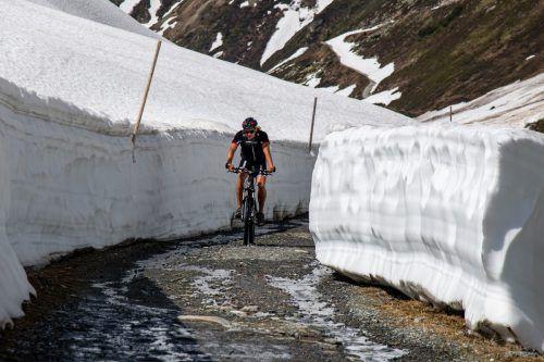 Marcel Schoder, Leiter der Skimittelschule Schruns, nimmt den frisch geräumten Güterweg zur Neuen Heilbronner Hütte in Angriff.