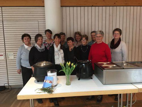Margit Vögel (Bereichsleitung MOHI und Familienhilfe) und die Helferinnen der röm. kath. Frauenbewegung Hittisau. ME