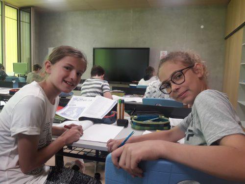 Mia und Hanna fühlen sich in der neuen Klasse wohl.