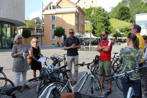 """Mit dem Drahtesel wurden verschiedene Stationen der Stadt besucht und über """"klimabewusste Stadtentwicklung"""" gesprochen. heilmann"""
