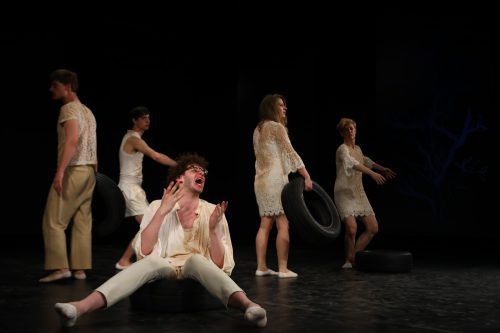 """Mit """"Wie geht es weiter"""" spüren Martin Gruber und sein aktionstheater ensemble den Sehnsüchten wie auch der eigenen Larmoyanz, Faulheit, Ignoranz und Gier nach. vn/hartinger"""