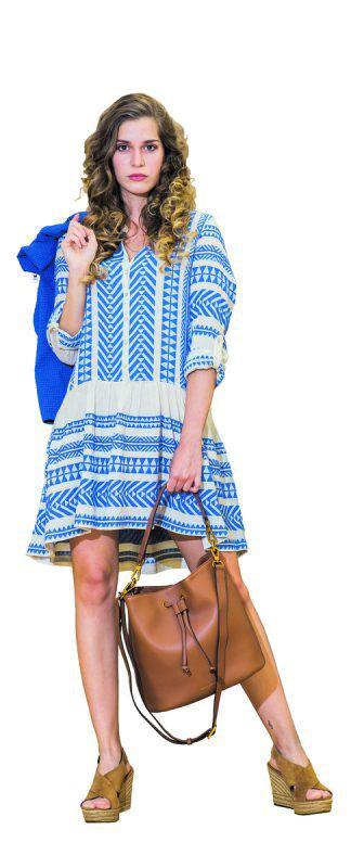 mondän             Daria trägt ein schickes Outfit von Gorbach Mode in Egg: Kleid von Devotion, 195 €, Schuhe von UGG, 149,95 € und Tasche von Smaak Amsterdam, 299 €.               steurer