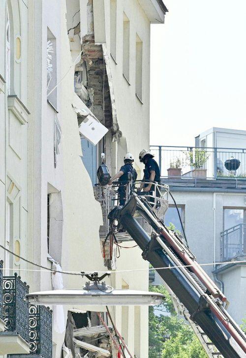 Nach der Explosion gehen die Arbeiten am Unglücksort weiter. APA