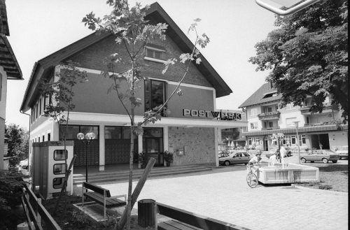 Nicht nur die Postbriefkästen, wie hier vor dem Postamt in Schwarzach, sondern auch die Telefonzellen verschwinden langsam aber sicher. Die ersten Münztelefone wurden 1902 aufgestellt.