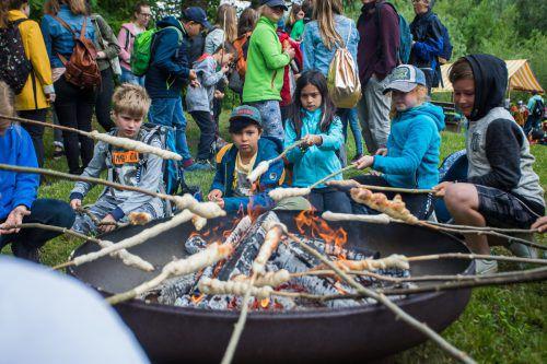 Ob Stockbrot braten über dem Feuer, wandeln durch Plastikmüll wie die Fische oder selbst mithelfen wie Jamie (l.) und Lisa: Die Kinder hatten ihren Spaß und lernten dabei noch viel über das regionale Angebot.Vn/steurer