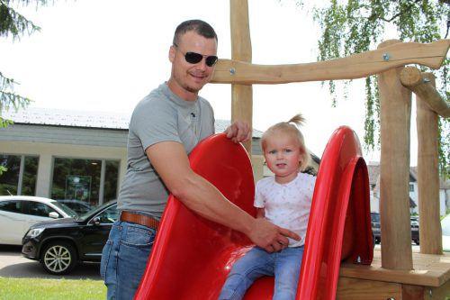 Papa Patrick und Tochter Pauline auf der neuen Rutsche.