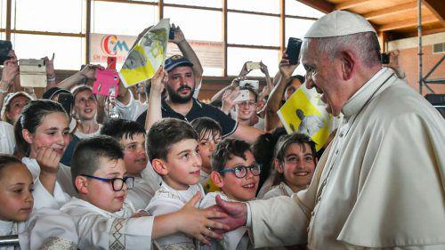 Papst Franziskus traf sich mit Kindern, die die Erstkommunion empfangen haben. AFP