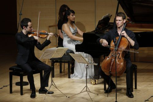 Pianistin Shani Diluka mit Gabriel Le Magadure (Violine) und Raphael Merlin (Violoncello) im vollbesetzten Angelika-Kauffmann-Saal. Schubertiade
