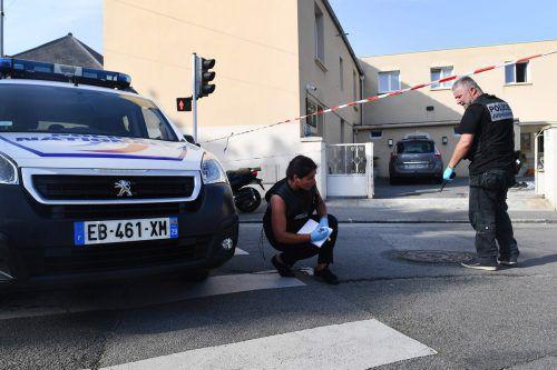 Polizisten ermitteln am Tatort vor der Moschee Sunna de Brest. afp