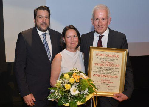 Präsident des Gemeindeverbandes und Bürgermeister von Hard Harald Köhlmeier mit dem neuen Ehrenpräsidenten Wilfried Berchtold und Ehefrau Sabine. Land Vorarlberg
