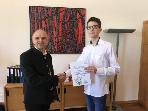 Professor Wolfgang Woyke überreicht den Young Scientists Award der Fachhochschule Kufstein an Robin Kohler.VN/Hämmerle